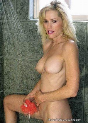 Женщины после сорока тоже могут выглядеть сексуально – это доказывает красивая блондинка в душе - фото 2