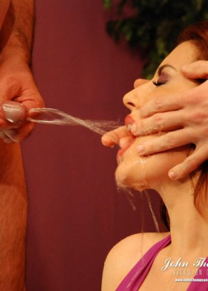Рыжая проститутка раскрыла ротик, чтобы парни обсосали ее, она любит, когда моча стекает по коже и попадает на язык - фото 4