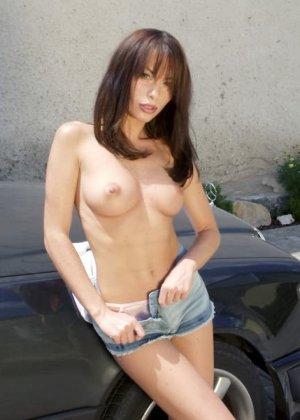 Вспотела пока мыла машину и немного разделась - фото 11