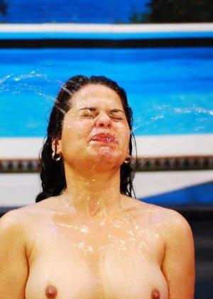 Девушка по вызову позволяет на себя ссать толпе мужиков, золотой дождь на лицо и в рот ее не смущает - фото 5