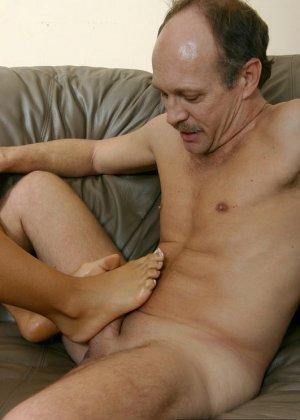 Зрелый мужчина облизывает ножки и позволяет молодой девушке дрочить свой член с помощью ног - фото 2