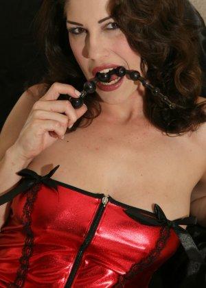 Кимберли Джейн пихает глубоко в анус анальные шарики - фото 7