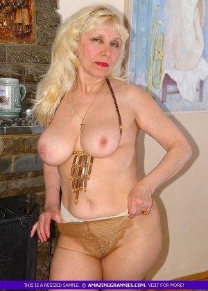 Русская пожилая женщина снимает чулки и остается в трусах - фото 5