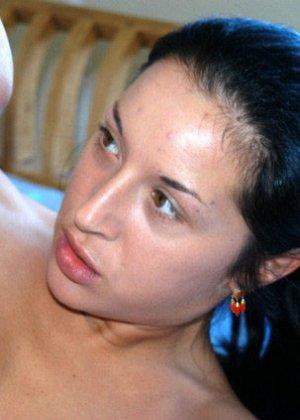 Порно пикап всегда заканчивается страстным кувырканием в постели, эта брюнетка с небольшими сиськами любит быть сверху - фото 2