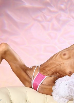 Очень худая балерина Ирина, позирует в белом нижнем белье и зачем-то показывает свою грудь - фото 1