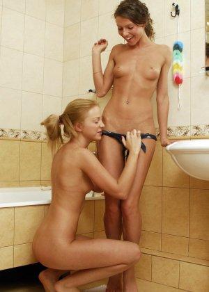 Две подруги лесбиянки пробуют заниматься сексом в ванной, они раздеваются и приступают к оральным утехам, смотреть кунилингус лесбиянок фото - фото 3
