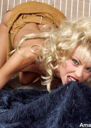 Блондинка с длинными волосами позирует со своей мягкой игрушкой - фото 4