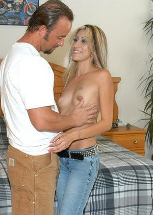 Сексуальная красотка соблазняет мужчину, он трахает ее до тех пор, пока не решает кончить на личико - фото 8
