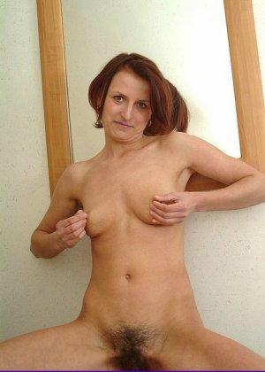 Зрелая женщина предстает перед камерой абсолютно голая – ей не стыдно показать свою волосатую пизду - фото 2