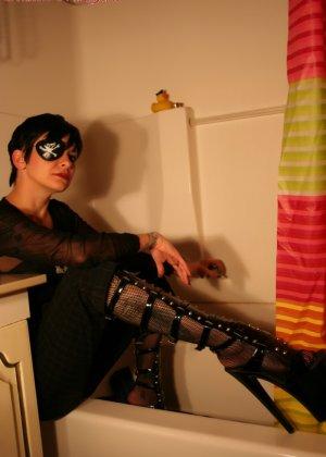 Неформалка залезла в ванную одетой, но потом пораскинув мозгами, все-таки разделась - фото 9