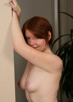 Рыжая женщина отодвигая трусы, показывает чисто выбритую пизду, с маленьким пушком на лобке - фото 3
