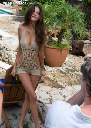 Знаменитости даже в общественных местах ведут себя, словно играя на публику и показывая свои прекрасные тела с лучшей стороны - фото 11