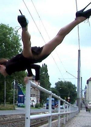 Худая балерина демонстрирует свою гибкость - фото 13