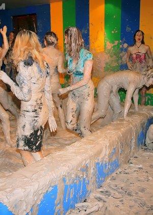 Девки занимаются борьбой в грязи - фото 6
