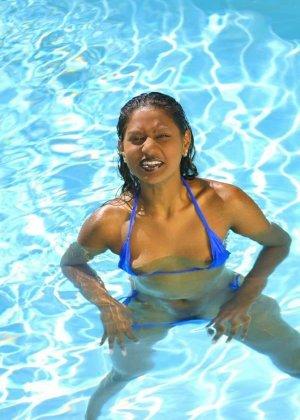 Сексуальная индианка сжимает груди в бикини, плавая в бассейне - фото 6