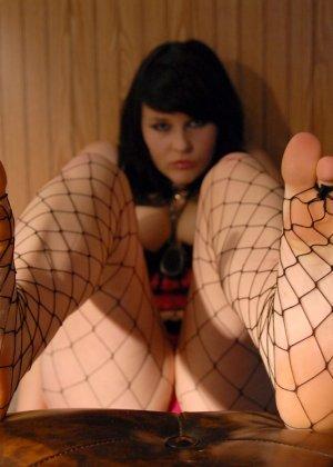 Толстушка Сэди имеет страсть к футфетишу, ее полные пальцы на ногах жаждут ласки мужского языка - фото 12