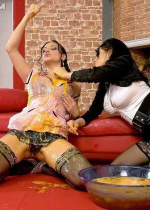 Две горничные используют в своих лесбийских развлечениях, сырые яйца - фото 15