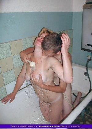 Парень трахает раком зрелую в ванне, он поливает ее сиськи водой и ласкает все тело, тетка довольна трахом с горячим самцом - фото 10