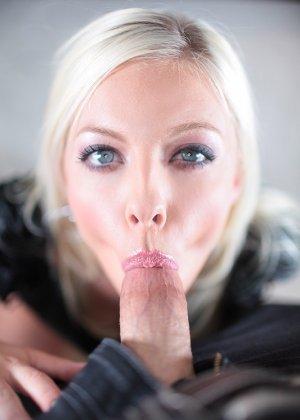 Блондинка с натуральными титьками сосет толстый член и трахается раком в пизду - фото 14