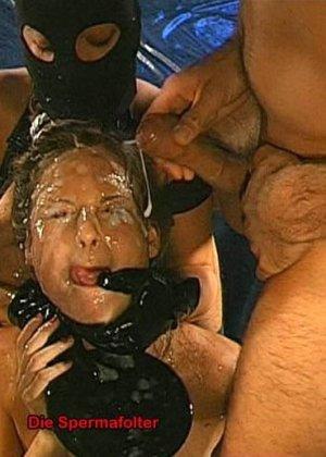 Сперма на лице может оказаться в том случае, если девушка не против группового порева, парни обожают доставать свои стволы и исполнять камшоты - фото 11