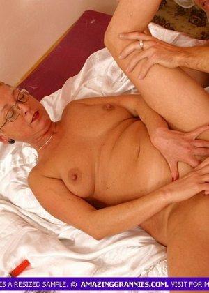 Зрелая курящая блондинка трахается с новым любовником, не затушив сигарету - фото 1