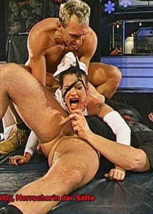 Двум шлюхам напихали в рот хуев и накормили спермой - фото 5