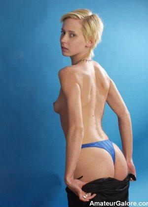 Стройная блондинка раздевается перед камерой, чтобы показать себя с разных сторон – ей нечего стесняться - фото 14