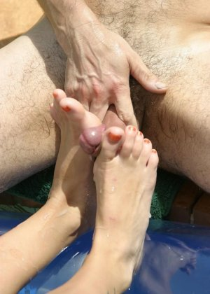 Сисястая телка лежит на матрасе в бассейне, парень лижет ей пальцы ног, дрочит ногами девушки и кончает на них - фото 7