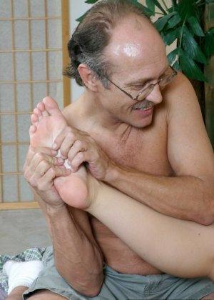 Пожилой мужчина полизал ноги у молодой девки, а она потрогала его маленький пенис своими ступнями - фото 12