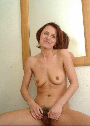 Зрелая женщина предстает перед камерой абсолютно голая – ей не стыдно показать свою волосатую пизду - фото 10