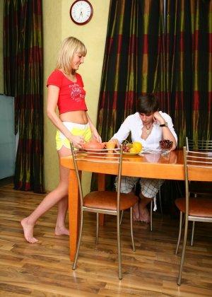 Красивая блондинка соблазняет парня прямо на кухне и позволяет потрахать себя в тугое анальное отверстие - фото 8