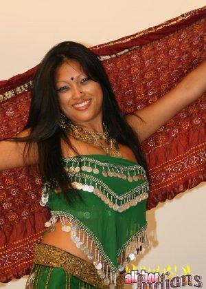 Стриптиз от индианской женщины - фото 7