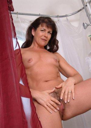Зрелая женщина постепенно раздевается и показывает свое тело перед всеми, кто хочет ее рассмотреть - фото 3