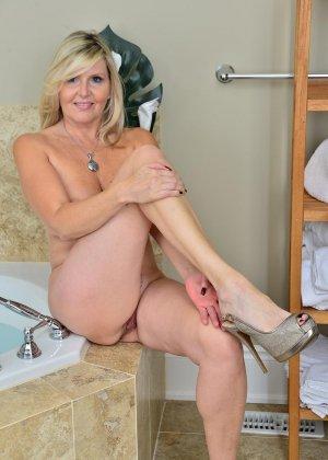Пожилая блондинка хочет заняться мастурбацией - фото 10