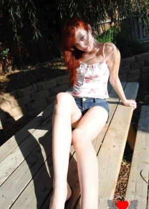 Рыжая голая девушка на прогулку надевает короткие шорты, она надеется, что их снимет сексуальный парень пикаппер - фото 12