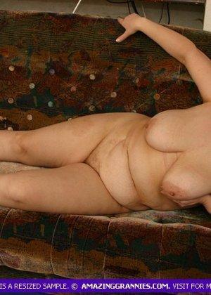 Жирная женщина с редкими волосами на лобке - фото 10