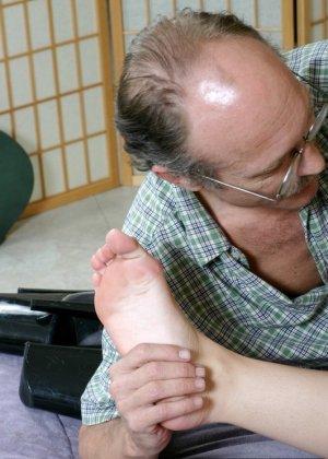Старый мужик зашел к соседке, когда она спала и начал целовать ее ноги, телка просыпается, мастурбирует и дрочит мужику ступнями - фото 10