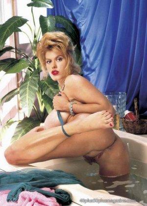 Пухлая зрелая домохозяйка в чулках забирается в ванну, ее одежда мокрая, но ее это не смущает, она играет со своими большими буферами - фото 4