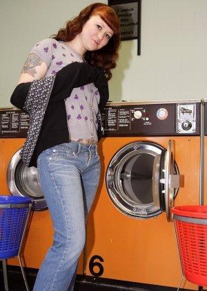Девка зашла в прачечную и решила постирать все, даже белье, в котором пришла, поэтому ей приходится ждать голой - фото 9
