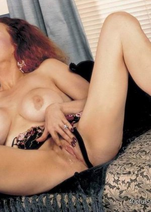 Грудастая женщина с рыжими волосами, садится пиздой на самотык - фото 13