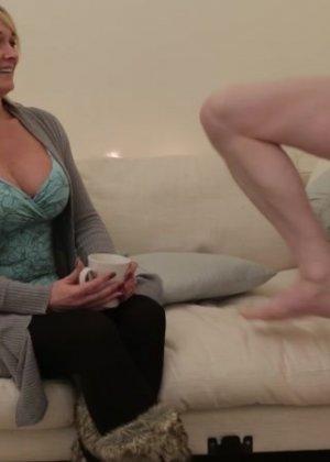 Одетая женщина умело сосет хуй у голого мужчины - фото 14
