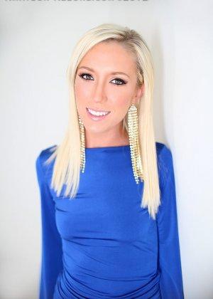 Гламурная блондинка позволяет себя оттрахать прямо в красивом синем платье и принимает сперму в ротик - фото 10