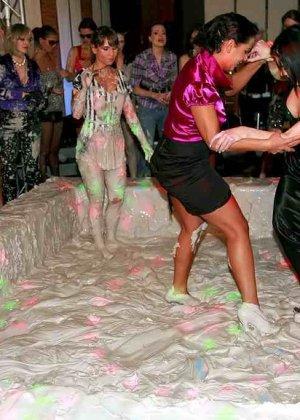 Взрослые женщины борются в грязи, даже не снимают одежду, поэтому и остаются грязными - фото 10