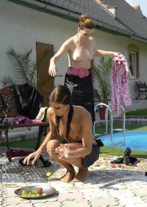 Одетые женщины обливались шампанским во дворе дома - фото 5