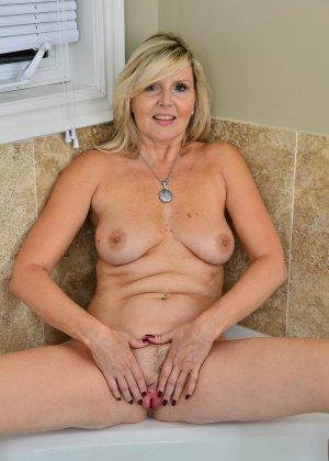 Пожилая блондинка хочет заняться мастурбацией - фото 2