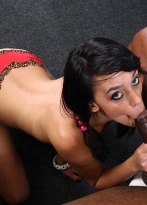 Девушка приходит на собеседование к чернокожему мужчине и он хорошенько трахает ее прямо на столе - фото 3