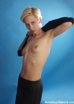 Стройная блондинка раздевается перед камерой, чтобы показать себя с разных сторон – ей нечего стесняться - фото 11