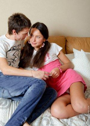 Анжела использует игрушки во время траха с парнем, когда он имеет ее в жопу, телка стимулирует клитор - фото 9