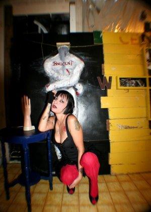 Татуированная вампирша показывает пизду - фото 8