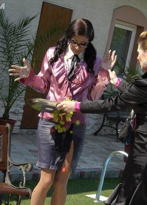 Одетые женщины обливались шампанским во дворе дома - фото 11